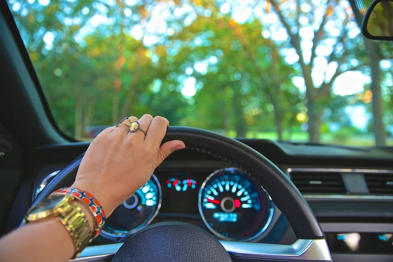 נהג צעיר נוהג